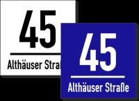 Hausnummernschild mit Straßennamen und Trennstrich
